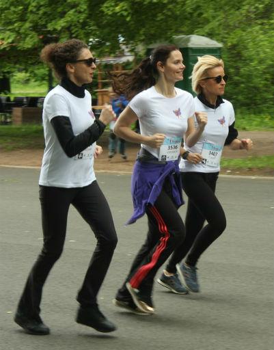В первом забеге, вместе с бабочками приняли участие Ксения Раппопорт, Елизавета Боярская и Саша Даль