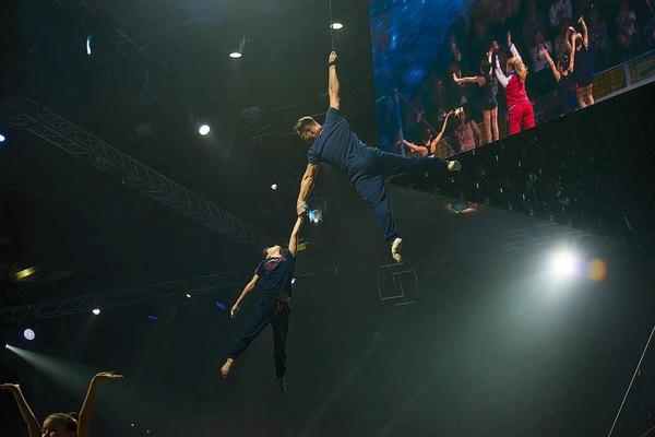 Дима занимался спортивной гимнастикой, а теперь принимает участие в шоу отца «Легенды спорта»