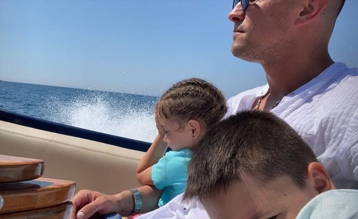 Павел отдыхает с детьми на яхте