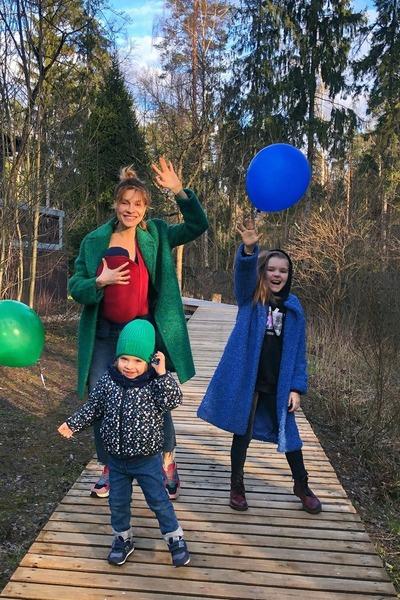 Елена воспитывает троих детей