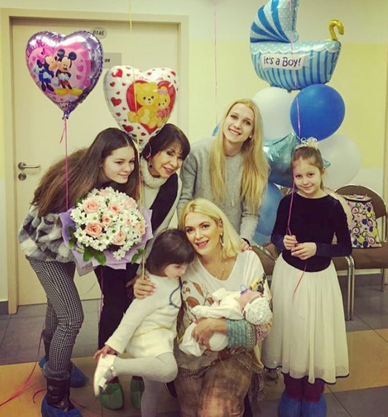 Мария Порошина с семьей на выписке из роддома