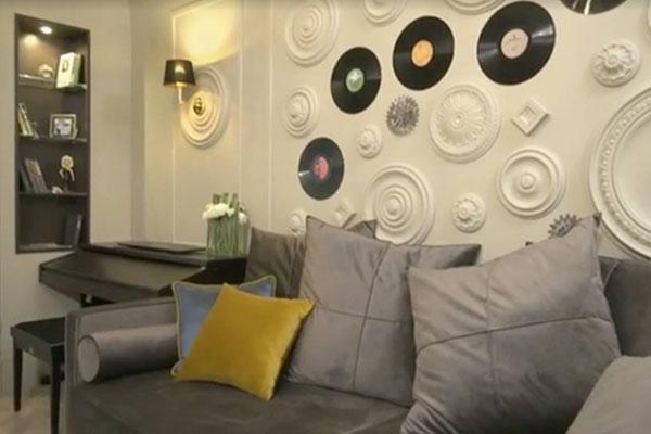 Одна из стен декорирована виниловыми пластинками