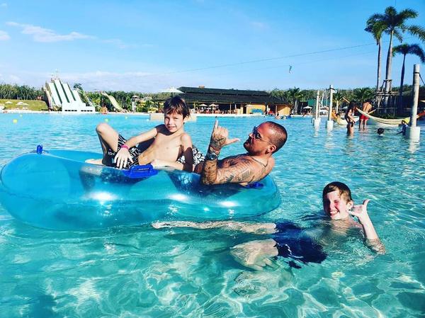 Рэпер отдыхал с сыном в Таиланде
