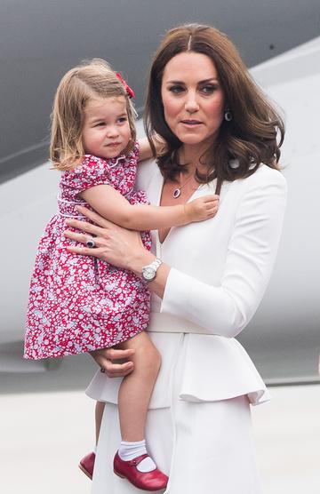 Кейт и Шарлотта прибывают в аэропорт Варшавы