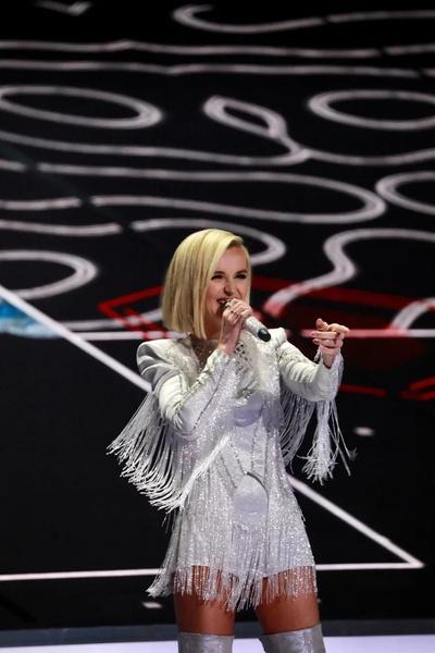 Певица сменила перья на бахрому
