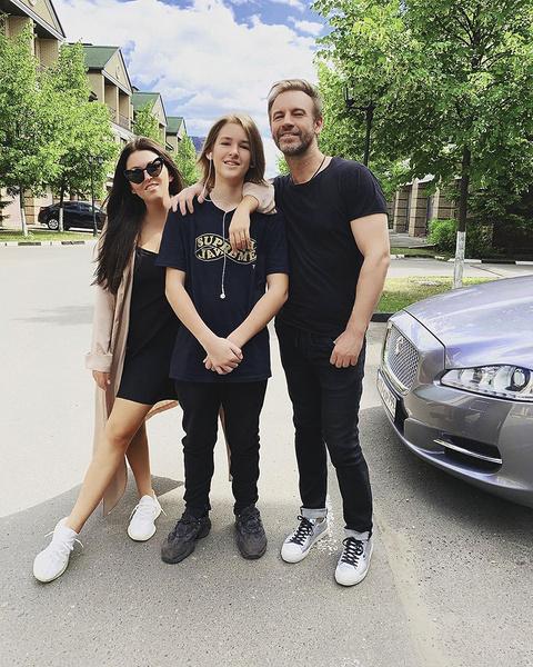 Ирина и ее экс-супруг, певец Роман Черницын, сохранили дружеские отношения и вместе воспитывают сына Артема