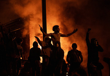 Миннеаполис в огне: массовые беспорядки охватили американский город