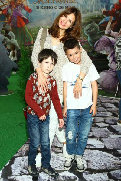 Екатерина Климова с сыновьями на показе фильма «Алиса в Зеркалье»