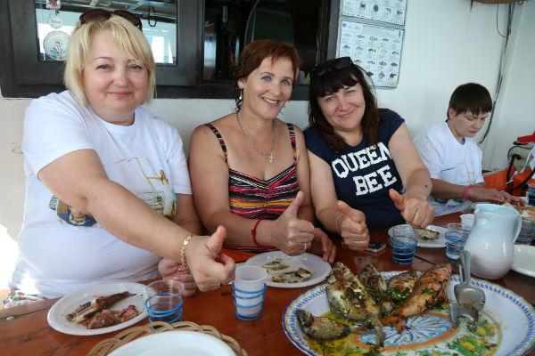 Туристы приготовили рыбу, которую поймали в открытом море