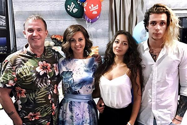 Виктор Рыбин, Наталья Сенчукова, Василий Рыбин с девушкой Дарьей