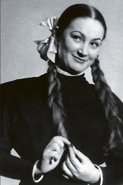 После школы Хитяева поступила в театральное училище