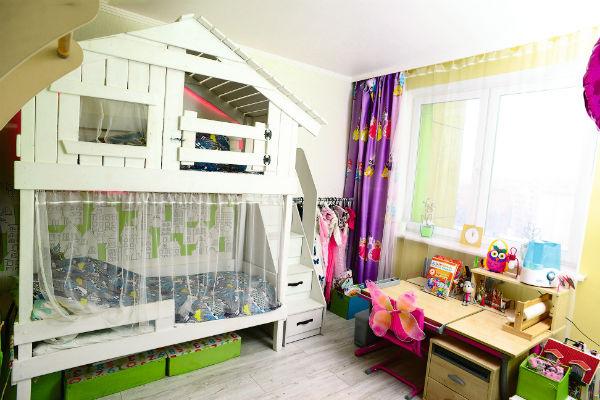 В детской на втором ярусе кровати разместился домик для игр. К нему ведет отдельная лесенка