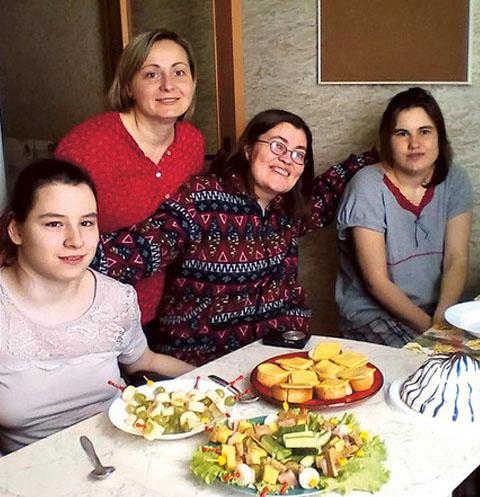Девушки с волонтером проекта