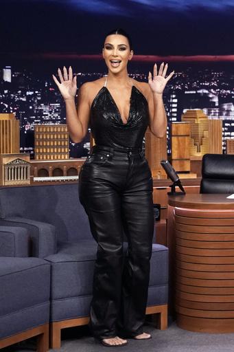 На шоу Джимми Фэллона звезда появилась в кожаных брюках