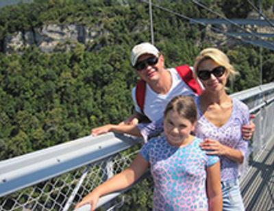 Марат Башаров с женой прыгнули с пешеходного моста над пропастью