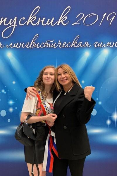 В трудных ситуациях Алену Апину поддерживает дочь