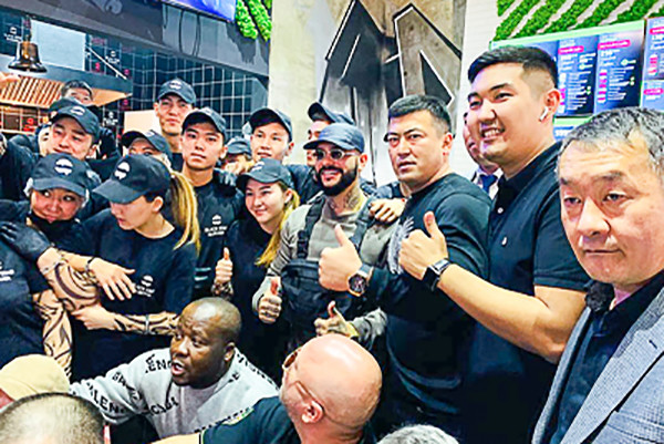 Тимати и работники кафе в Бишкеке
