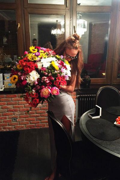 Еще ночью телеведущая получила подарок от своего возлюбленного