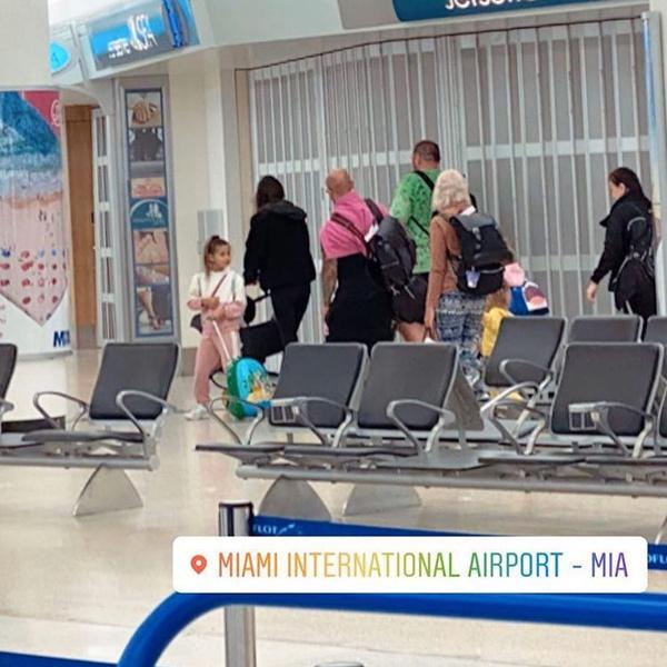 Оксана Самойлова летит домой с семьей