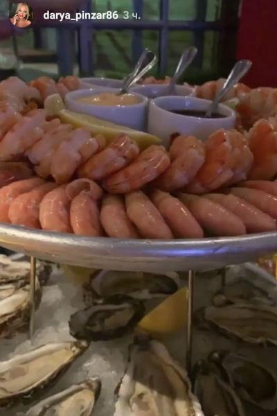 Гости вечера публиковали фото деликатесов
