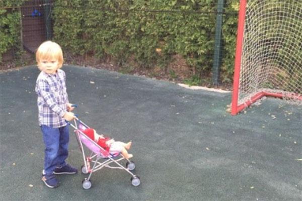 Саша Плющенко прогуливается с коляской с важностью молодого папочки
