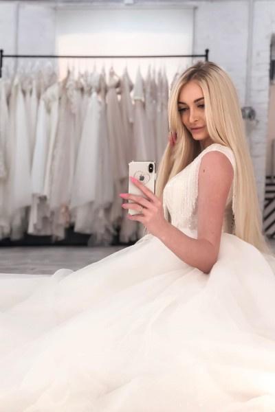 Кристина Дерябина успела выбрать свадебное платье