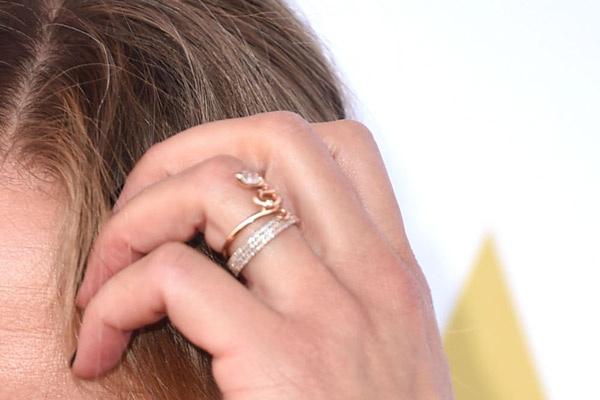 Кэмерон не прятала обручальное кольцо, хотя никаких официальных заявлений пара пока не сделала
