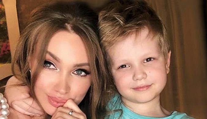 Брендовые вещи, айфоны: как живет сын Евгении Феофилактовой