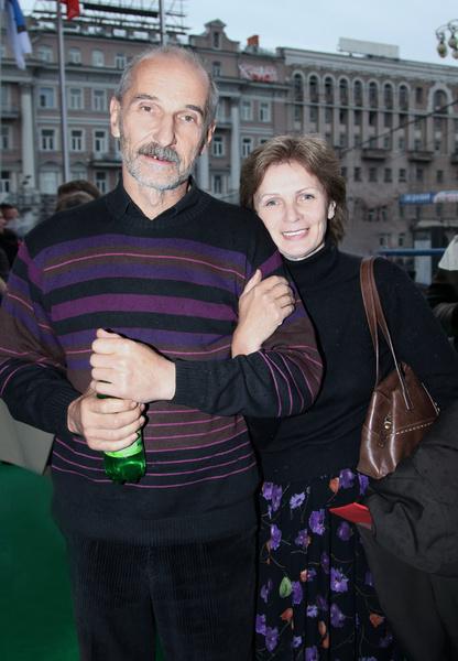 Супруга артиста находится рядом с ним