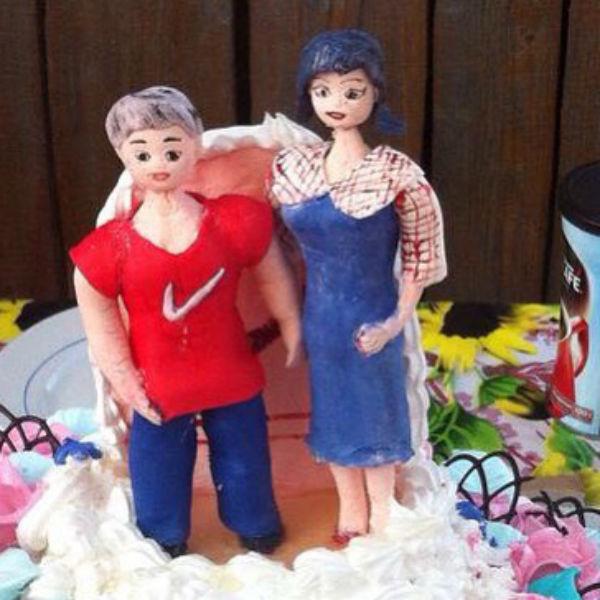 Фигурки на праздничном торте Елена и Валерий сочли весьма забавными