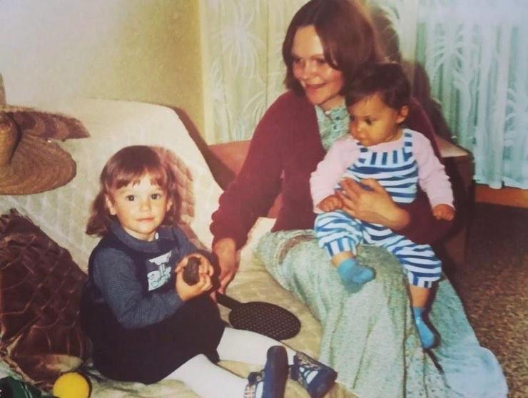 Мерьем Узерли с мамой и сестрой