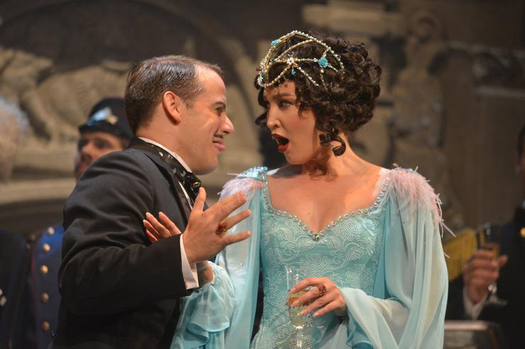 Многие возмущены появлению Бузовой на сцене театра, но есть и те, кто поддерживает телеведущую на новом поприще