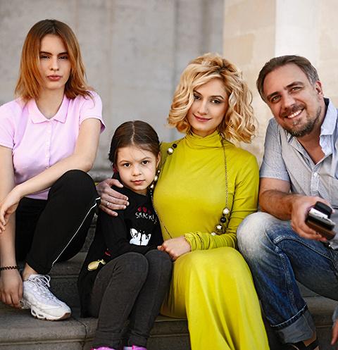 Карина Мишулина с мужем и детьми