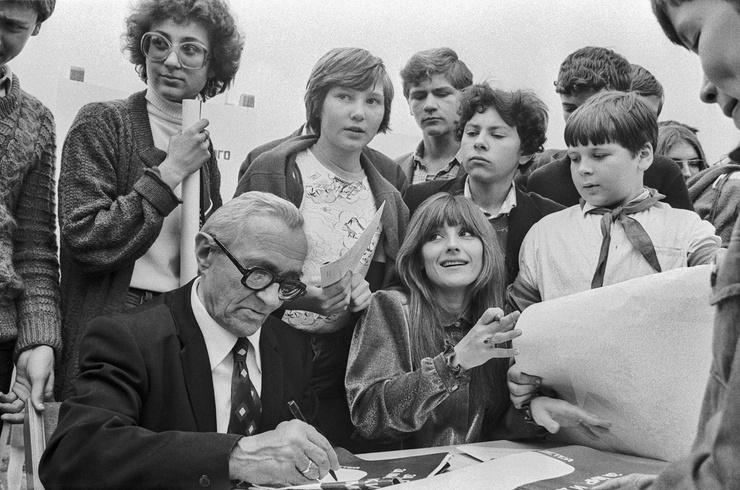 Актер, знаменитый по ролям Кощея и Бабы-Яги, обожал раздавать автографы маленьким зрителям