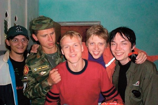 На присягу к Тимуру в Подольск приехали вузовские друзья. 2000 годНа присягу к Тимуру в Подольск приехали вузовские друзья. 2000 год