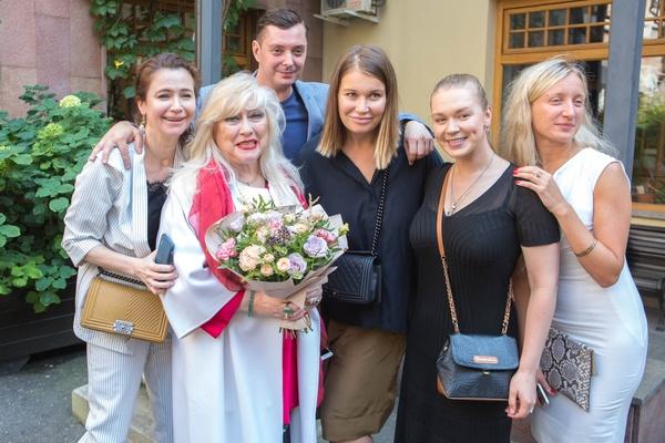 Светлана Колпакова с коллегами по театру