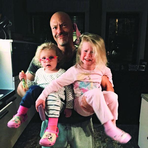 Режиссер часто проводит время с внучками Верой и Маргаритой, 29 марта 2016 года
