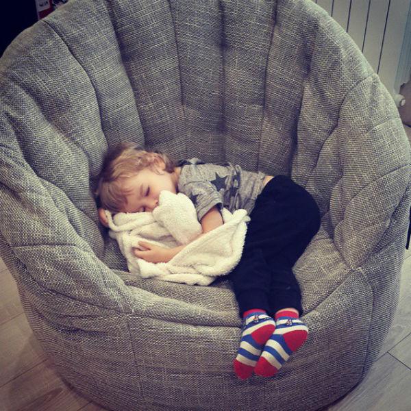 Экс-участница реалити-шоу не может насмотреться на своего сына и демонстрирует поклонникам, как ее малыш сладко спит