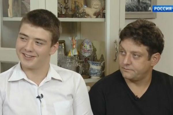 Сын актера от первого брака живет с ним