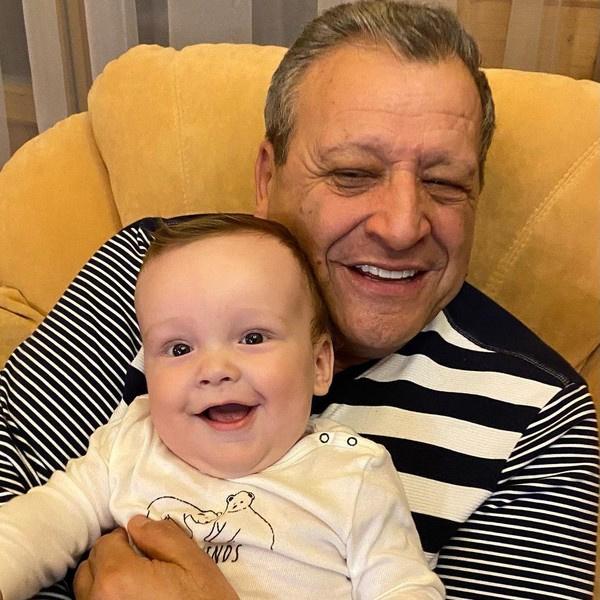 Малыш скучает по папе и целует его фотографии