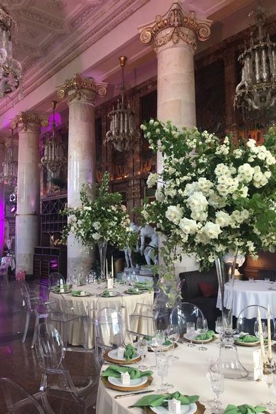 Зал украсили живыми цветами