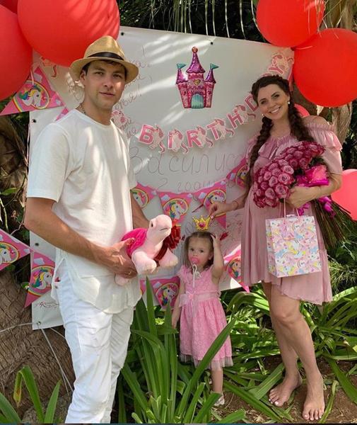 Ольга Рапунцель с мужем и дочерью
