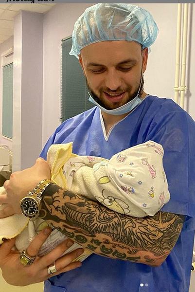Александр приехал в роддом, чтобы впервые взять дочь на руки