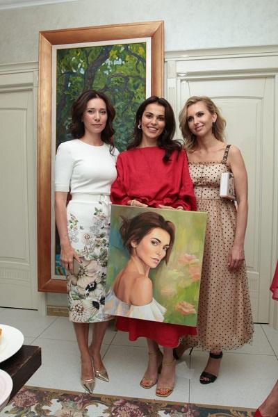 Слева от Сати — художница Любовь Никитина, справа — директор по маркетингу клиники WestMed Виктория Иошина