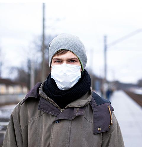 Люди носят в Москве маски