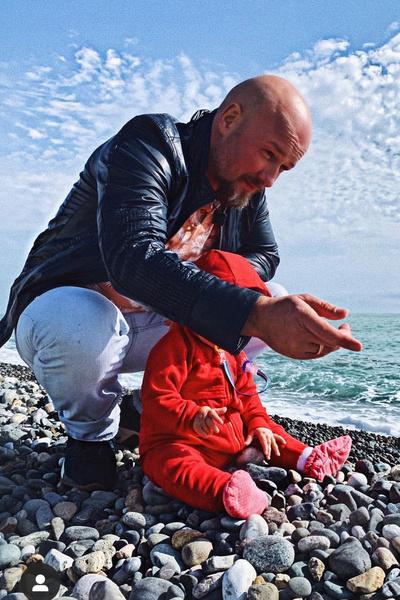 Только в прошлом году артист начал открыто показывать дочку в соцсетях