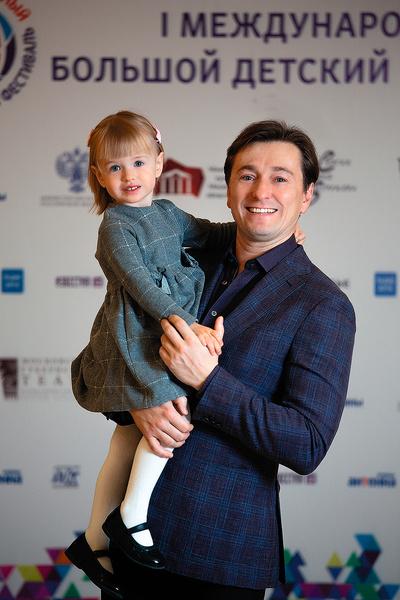 Дочь Машу Сергей уже берет с собой в театр — она смотрит спектакли из-за кулис, узнает папу по голосу