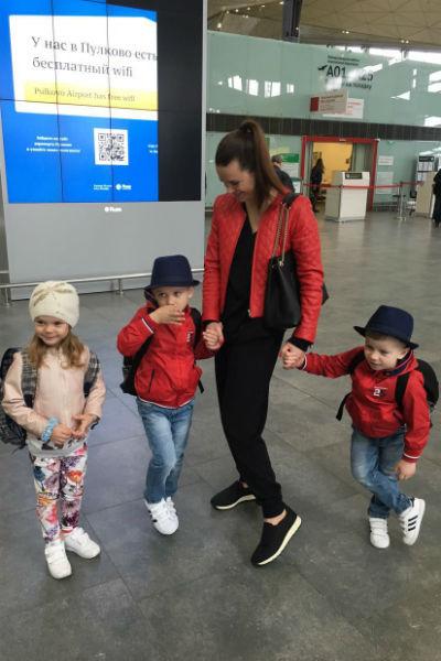 Юлия воспитывает троих детей