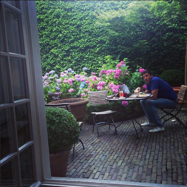 В Антверпене Ксения Собчак, Максим и их родители заселились в уютный отель, в котором из постояльцев были они одни