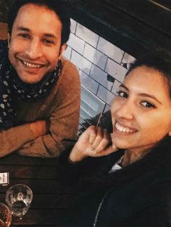 Нори и Инга вместе   8 лет. Сейчас  влюбленные живут   в разных странах.  Девушка учится   в Лиссабоне   на экономиста, а ее  избранник работает   в Лондоне